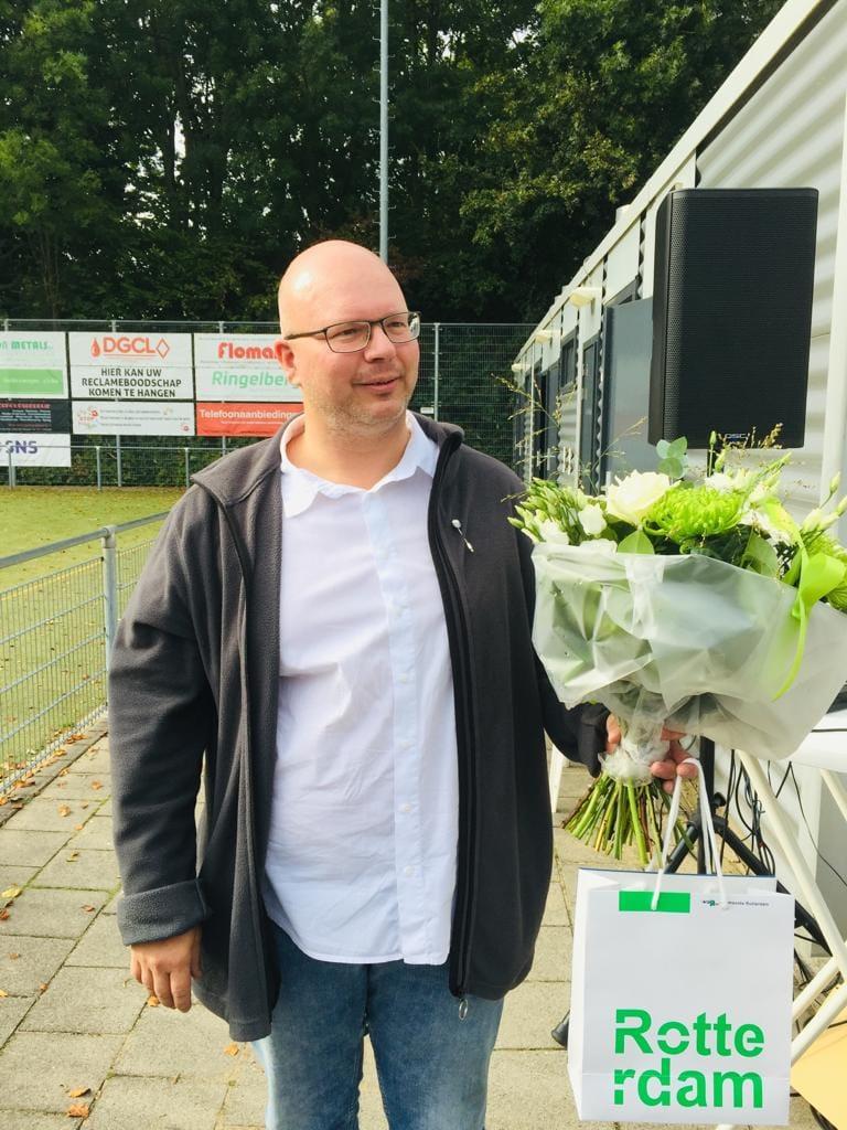 Enrico Stout ontvangt Erasmus speld uit handen van Sven de Lange (Rotterdamse wethouder Sport)