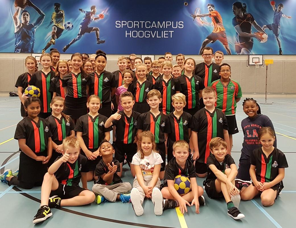 groepsfoto-van-nikantes-kinderen-in-het-sportgebouw-campus-hoogvliet-met-het-nieuwe-blauwe-sportbord-dd-02-11-2017_orig