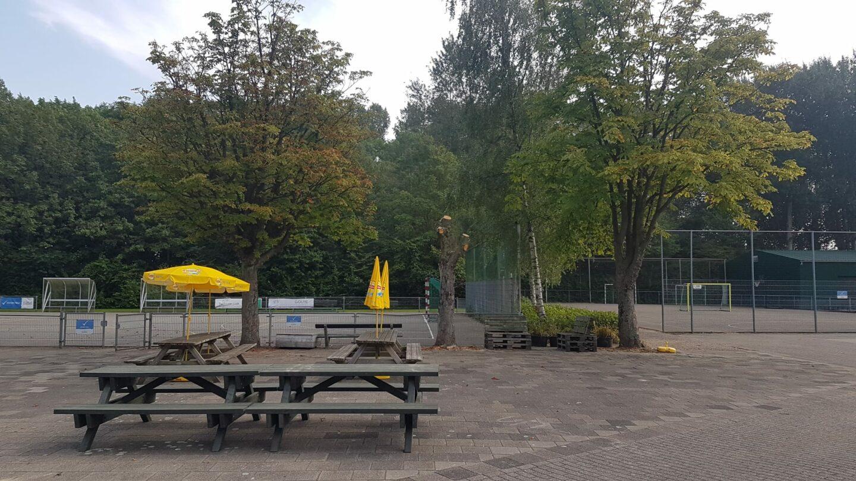 Nikantes en ETC krijgen elk 1 gerecyceld bankje van voormalig kunstgrasvelden uit Rotterdam (project Plastic) september 2021